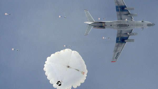 Десантники России впервые успешно высадились на льды Северного полюса