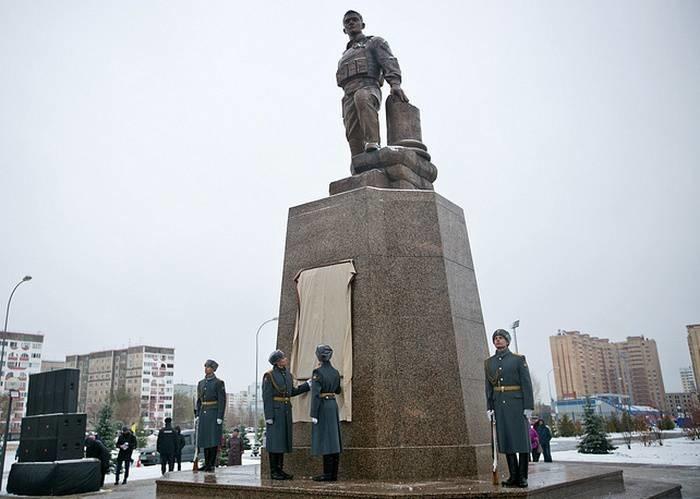 В Оренбурге открыли памятник погибшему в Сирии Герою России Прохоренко