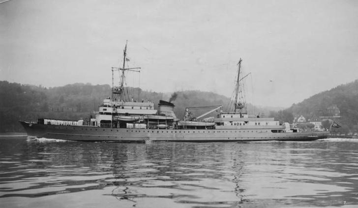 """""""Hela"""" с построенным на баке экипажем. На корме заметен флаг ВМФ нацистской Германии"""