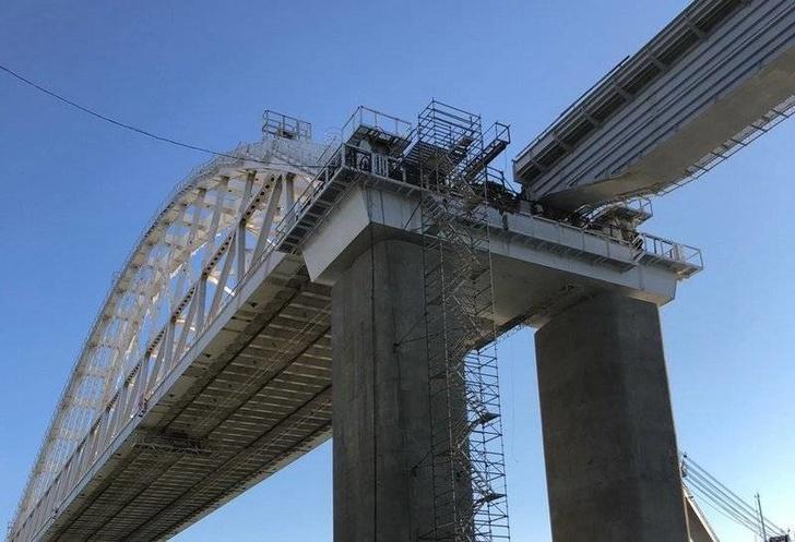 Первый железнодорожный пролет соединили с аркой Крымского моста