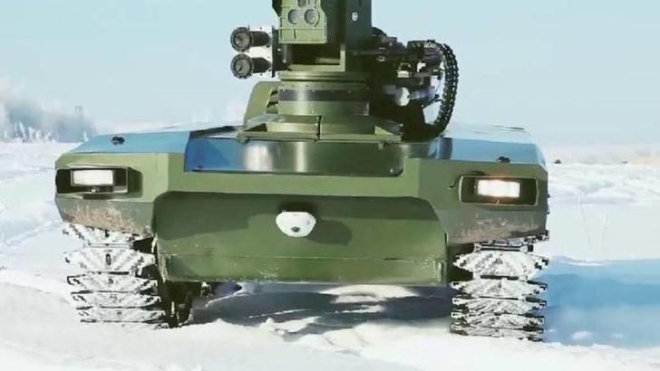 """Боевой робот """"Маркер"""". Фото зеркальное. В действительности пулемет расположен в правой, а гранатометы — в левой части боевого модуля"""
