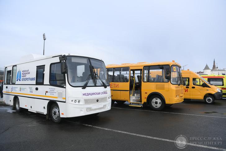 50 автомобилей скорой помощи и 25 школьных автобусов получили школы и медучреждения Татарстана