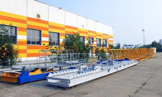 Первый собранный на заводе кран установят на постамент прямо перед зданием завода