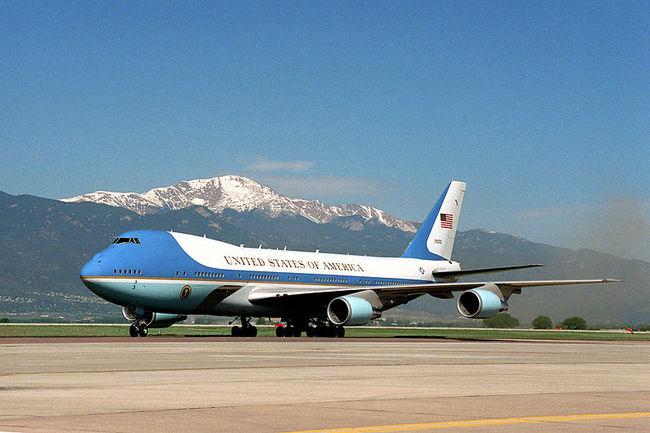Air Force One DXBsb2FkLndpa2ltZWRpYS5vcmcvd2lraXBlZGlhL2NvbW1vbnMvdGh1bWIvZC9kZC9BaXJfRm9yY2VfT25lX29uX3RoZV9ncm91bmQuanBnLzgwMHB4LUFpcl9Gb3JjZV9PbmVfb25fdGhlX2dyb3VuZC5qcGc=