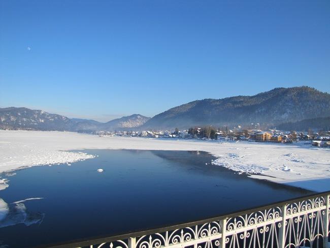 Телецкое озеро и поселок Иогач. Фото Al-tai.ru