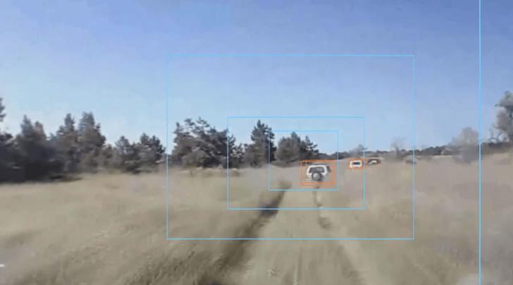 Пример детекции объектов в сложных условиях. На фото грунтовая дорога, дорожная пыль от машин.
