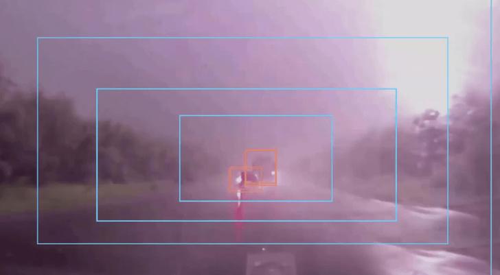 Пример детекции объектов в сложных условиях. На фото дождь, гроза с плохой видимостью.