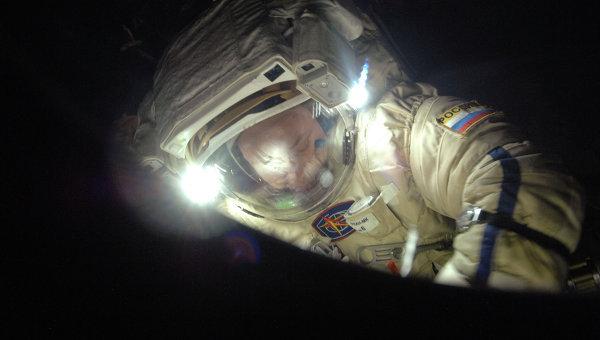 Александр Мисуркин во время выхода в открытый космос