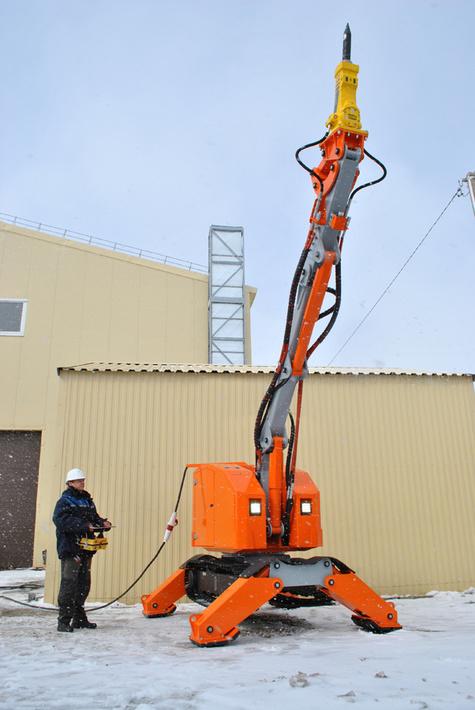 """Пример работы робота """"Атлант 4000"""". Вылет стрелы вверх 6,5 метров от уровня земли. На опорах до 7 метров."""