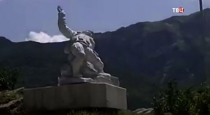 Памятник погибшему в Сирии Герою России летчику Александру Прохоренко