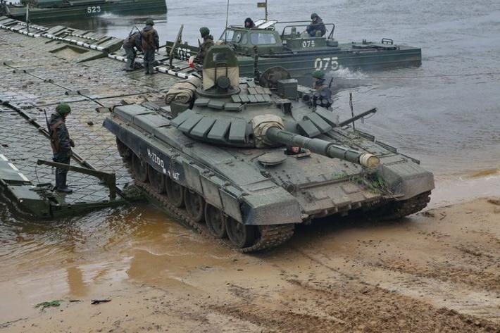 Предполагаемый вид танка Т-72Б3 с дополнительной защитой, во время учений по форсированию реки. Архивное фото (c) Военное обозрение, topwar.ru