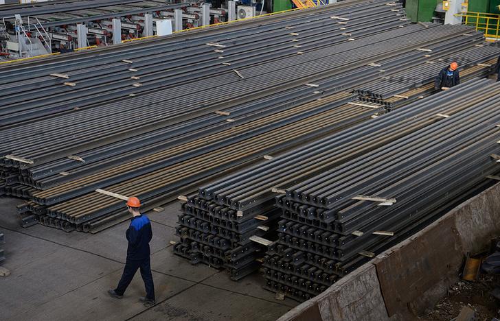 Готовая рельсобалочная продукция на территории Челябинского металлургического комбината