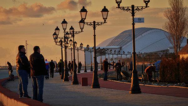 Горожане и туристы гуляют по набережной Черного моря в Сочи. Архивное фото