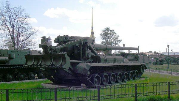 203-мм самоходная артиллерийская установка 2С7 Пион (вид сзади). Архивное фото