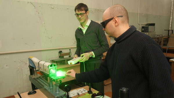 Новосибирские учёные проводят эксперимент с лазерным затвором, (с) РИА Новости, Павел Комаров