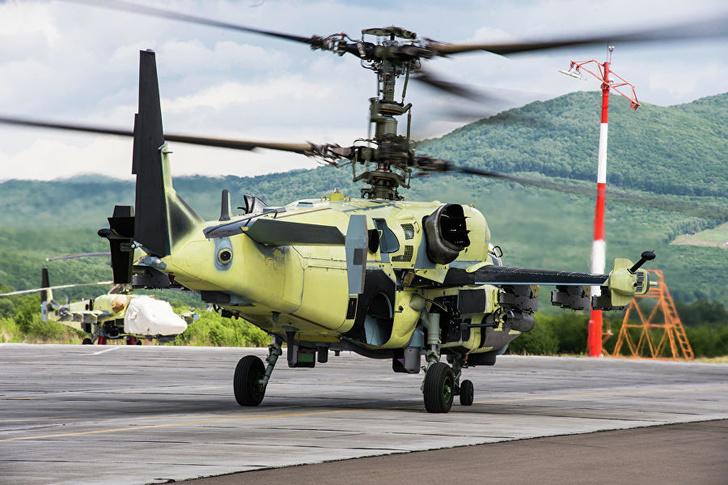 Ударно-разведывательный вертолет Ка-52 перед испытательным полетом