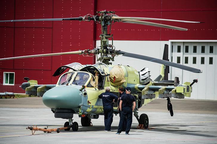Ударно-разведывательный вертолет Ка-52 на подготовке к летным испытаниям