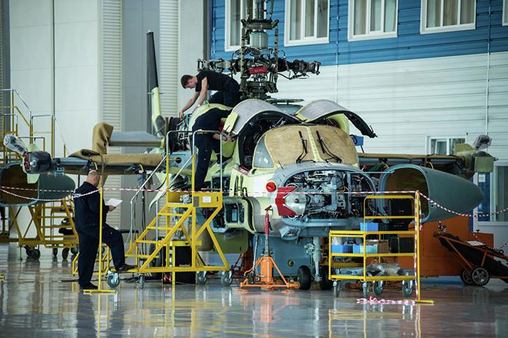 Разведывательно-ударный вертолет Ка-52 в цехе окончательной сборки