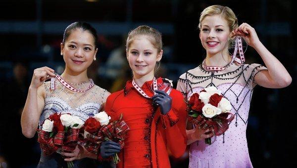 Акико Судзуки (слева), Юлия Липницкая (в центре), Грэйси Голд во время церемонии награждения победителей турнира Скейт Канада. Фото с места события