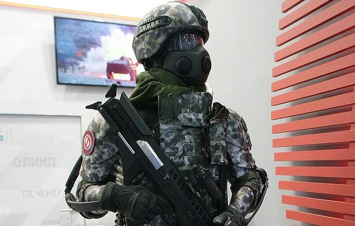 В России испытали экзоскелет с моторами, позволяющий стрелять из пулемета одной рукой