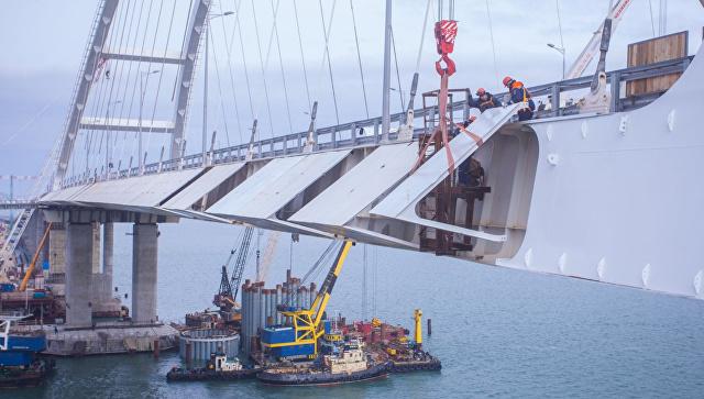 Установка противоветровых обтекателей на автодорожной части моста в Крым. 5 апреля 2018
