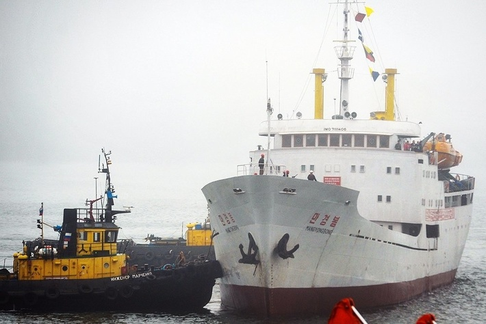 """Северокорейский теплоход""""Мангенбон"""" в порту Владивостока"""