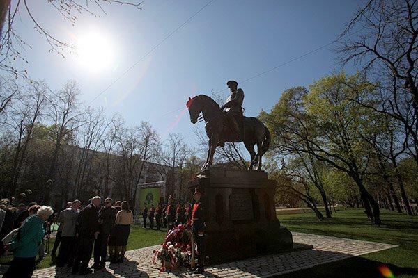 Памятник Роза из двух видов гранита Перемышль памятник с ангелом Костомукша