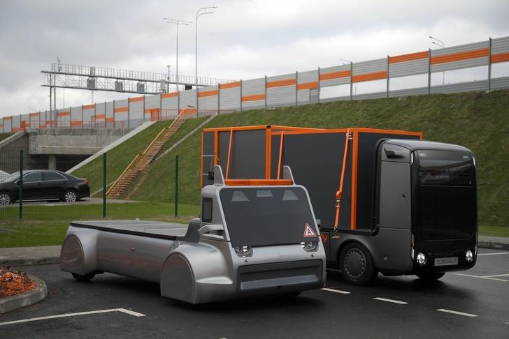 Беспилотный грузовичок EVO-1 (справа) и концепт другой модели (слева)