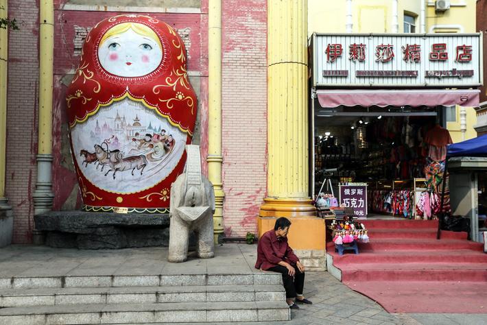 Северный Китай уже хорошо знаком с нашими матрешками, а с Южным еще надо поработать. Фото: Сергей Савостьянов/ТАСС