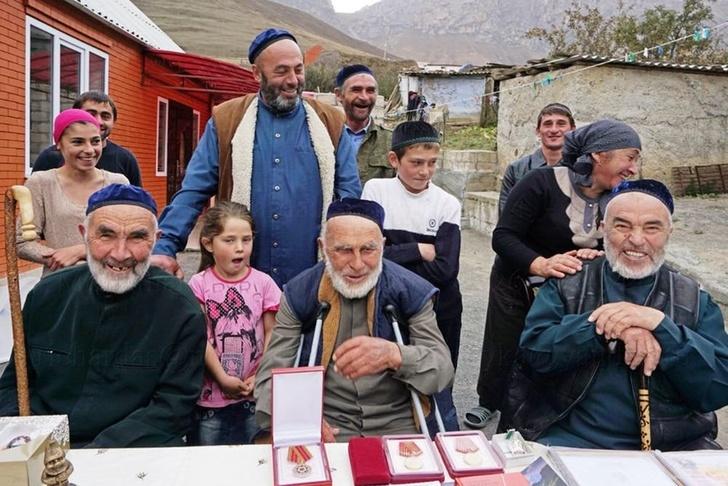 Аппаз Илиев (в центре) попал в Книгу рекордов России как самый пожилой житель страны. Фото: Алена Ларина/РГ