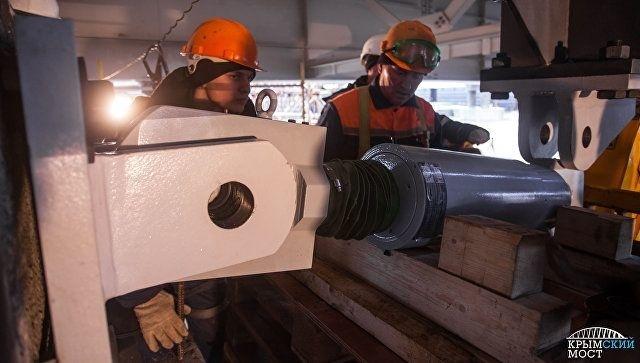 Строители устанавливают антисейсмические устройства под пролетами Крымского моста