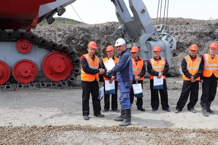 представители ООО «Управляющая компания «УЗТМ-КАРТЭКС» поздравляют коллектив Солнцевского угольного разреза