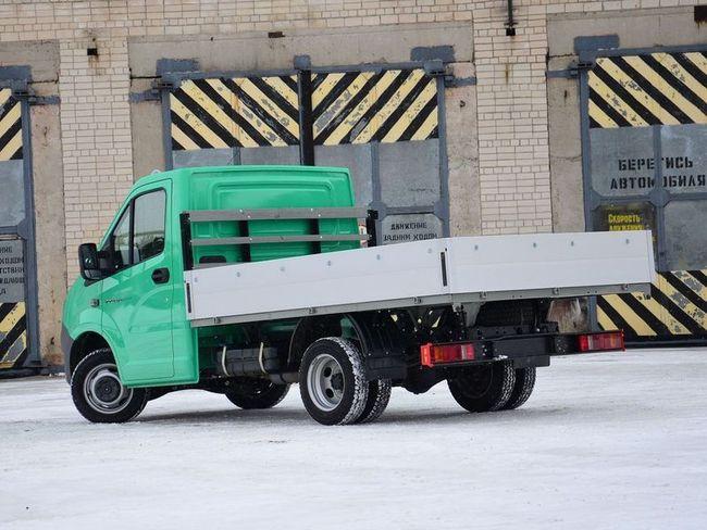 """Кроме бортовых платформ с тентом, в модельном ряду """"Некста"""" есть разномастные фургоны (от 764 000 рублей), самосвал, молоковоз, эвакуатор, бортовой грузовик с краном-манипулятором и коленчатый подъемник. Осенью ожидается двухрядная кабина, у которой автономный отопитель будет уже в базе. А в будущем унифицированную с """"Некстом"""" кабину получат """"Соболь"""" и """"Валдай""""."""