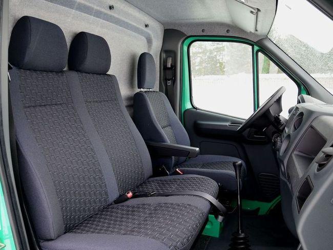 """Пассажирское сиденье взято у модели """"Бизнес"""", зато немецкое кресло водителя с подлокотником, поясничным подпором и широким набором настрек – уже новое, и предлагается оно только для """"Некста"""". Из приятных мелочей – крючки для одежды над сиденьями, а также впервые применяемая на """"ГАЗели"""" регулировка ремней безопасности по высоте (уже в базе)."""