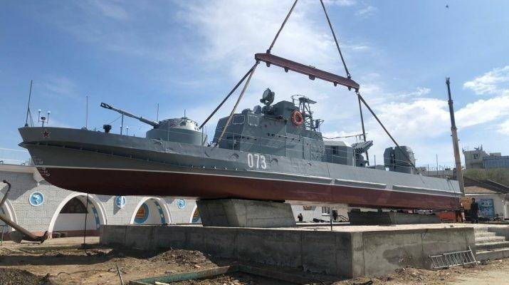 в астрахани установили памятник морякам