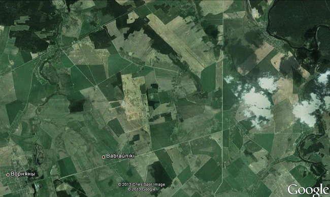 Спутниковая фотография местности вокруг площадки. Фото Google Earth. Река Вилия видна справа.