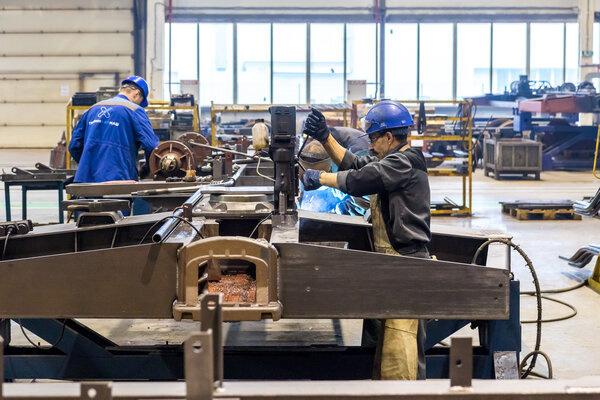 Наряду со сварщиком и оператором станка с ПУ слесарь механосборочных работ - одна из наиболее востребованных специальностей на тихвинских вагоностроительных предприятиях