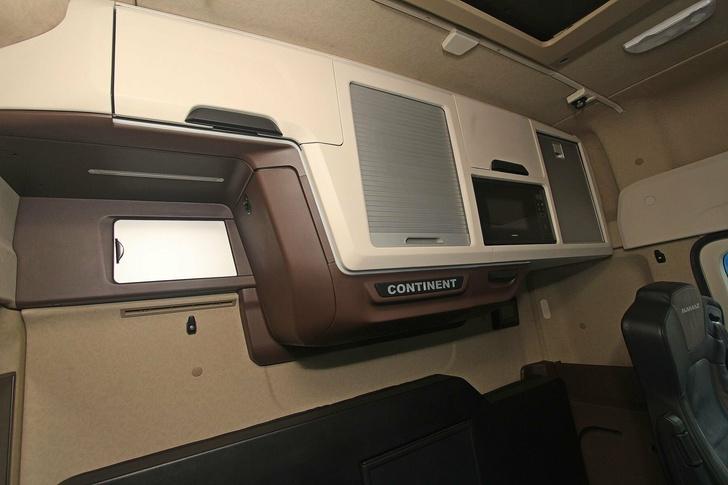 Полка с микроволновкой на задней стенке кабины «Континента»