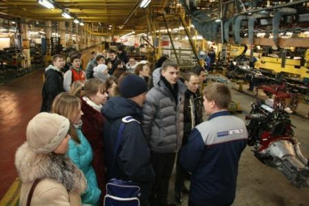 студенты НГТУ в цехе сборки грузовых автомобилей Горьковского автозавода, 23 ноября 2011 года