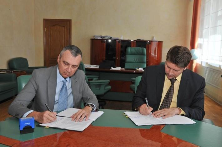 Монаф Хашим Саид и Леонид Долгов подписывают соглашение.jpg