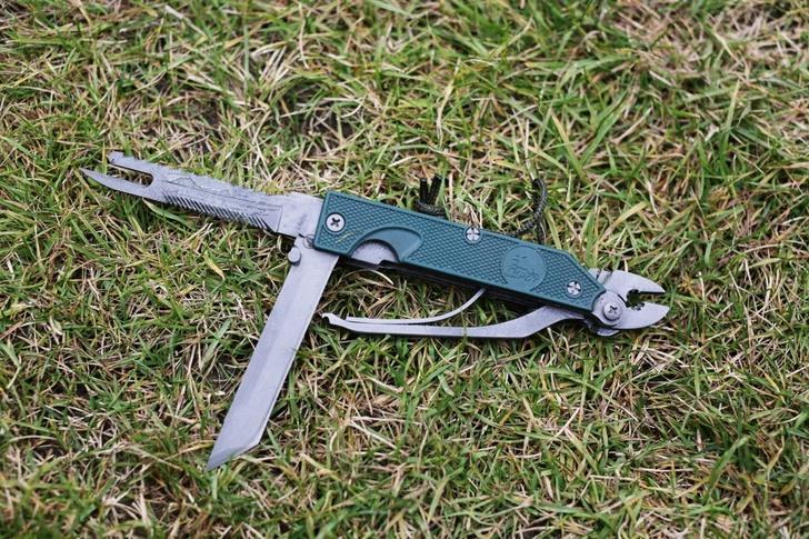 Многофункциональный нож. Помимо самого ножа в нем есть пила по дереву, пила по металлу, отвертка, плоскогубцы, шило.