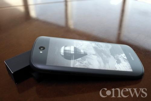 Гордость YotaPhone — второй экран сзади, который всегда включен