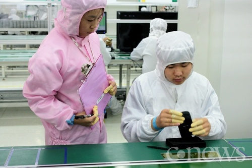Сотрудники в розовом следят за работой сборщиков...
