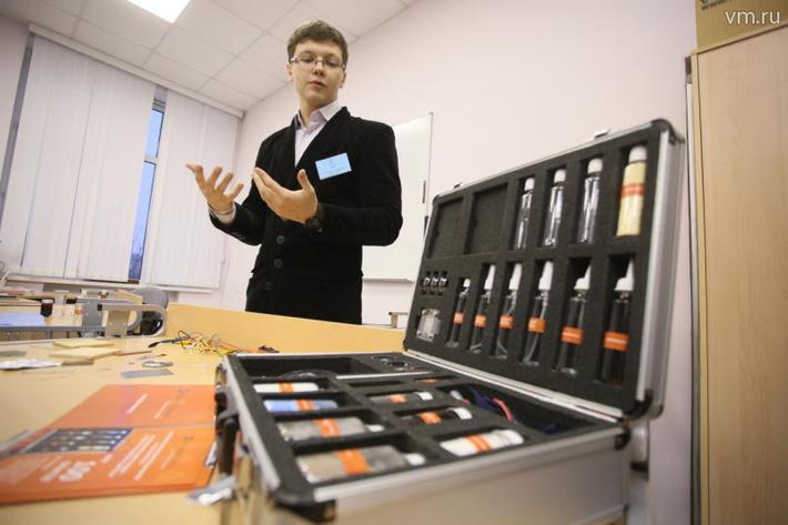 Андрей Штанюк, один из разработчиков наночемодана, демонстрирует свое изобретение