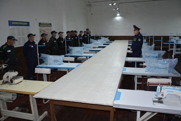 Михаил Мачушкин беседует с осужденными в новом цехе ИК-6.