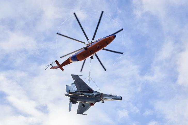 Ми-26 ВКС РФ транспортирует Су-27 на внешней подвеске