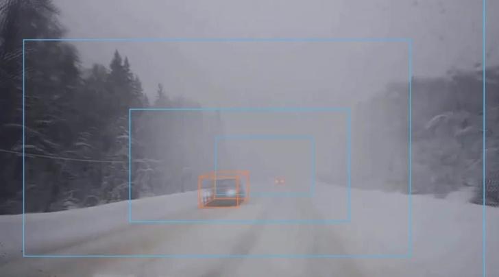 Пример детекции объектов в сложных условиях. На фото снег, метель с плохой видимостью.