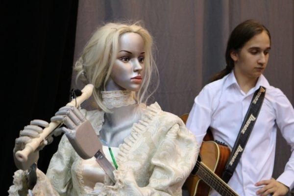 Робот Эльза, играющий на флейте