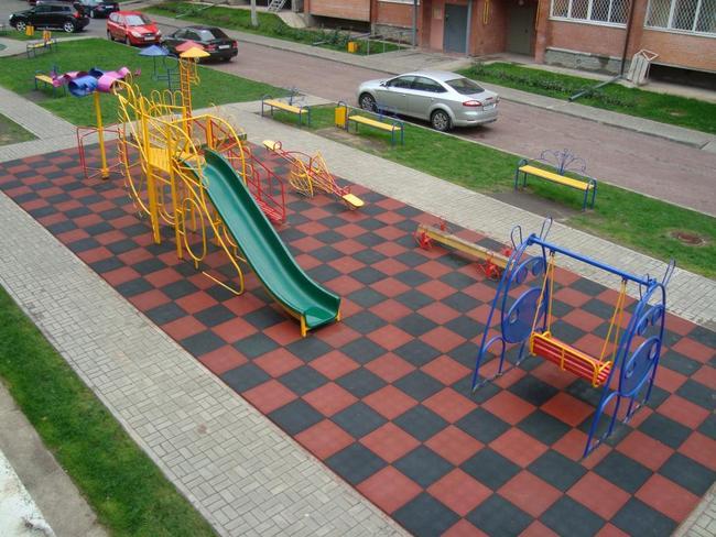 резиновая плитка 500х500 на детской площадке