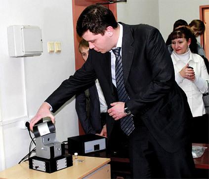 Заместитель директора по разработкам компании НТ-МДТ Вячеслав Викторович Поляков демонстрирует сканирующий зондовый микроскоп НАНОЭДЬЮКАТОР II